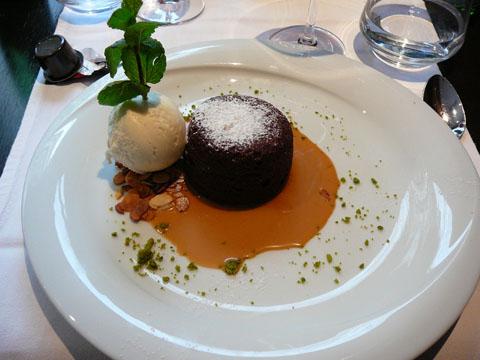 Moelleux au chocolat, sauce caramel au beurre salé, glace yoghourt