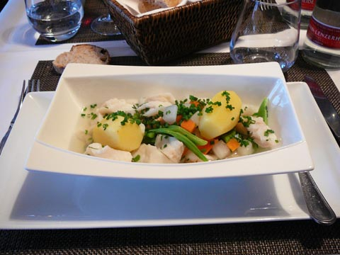 Pot-au-feu de poissons aux fines herbes, petits légumes et pommes de terre au bouillon