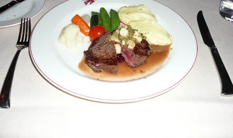 Filet de boeuf poêlé, assaisonné de moelle et de câpres, pommes de terre et marmelade de betteraves au vinaigre doux