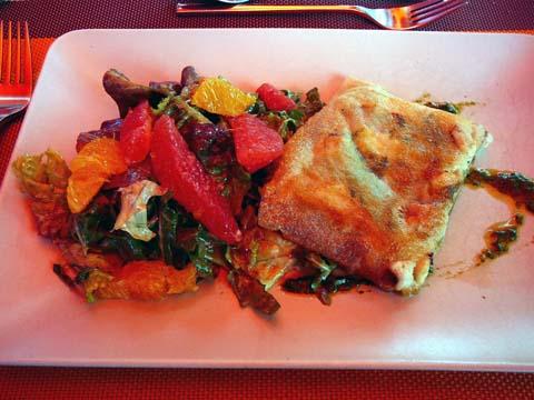 Filets de perche en croustillant, sauce aux senteurs de Provence, salade d'agrumes