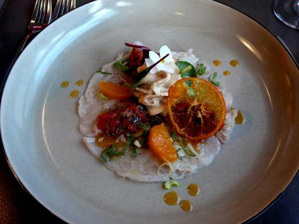 Daurade marinée, poivre Zechuan, segments de mandarine à la cive