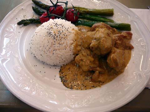 Mijoté de volaille au curry madras et noix de coco, riz thaïlandais et asperges vertes