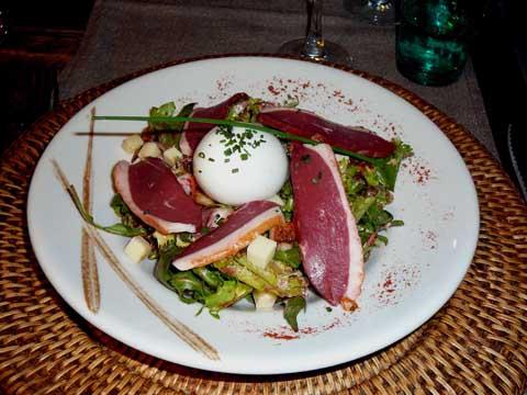 Salade fermière au magret fumé et œuf mollet, vinaigrette de framboise