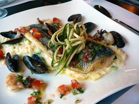 Filet de loup de mer à la plancha, risotto de courgettes, tomates, moules et calamar