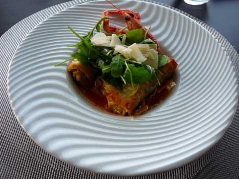 Cannellonis de crabes, roquette au parmesan et coulis de langoustine