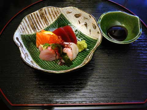 Sashimi : sériole, saumon, thon, Saint-Jacques, crevette crue