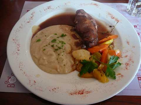 Cuisse de lapin au romarin, purée de topinambours, légumes