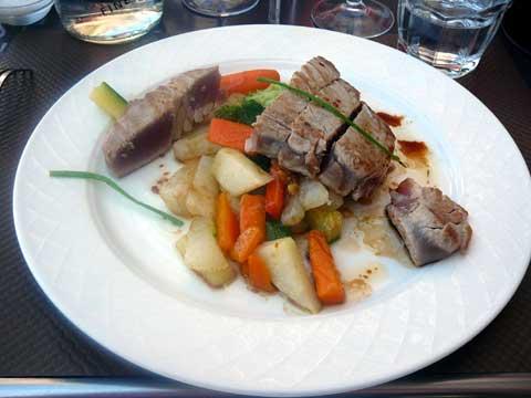 Pavé de thon mi-cuit, poêlée de légumes et vinaigrette au soja