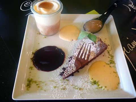 Dans la Forêt Lointaine, Vaulruz : Gâteau au chocolat, crème anglaise et coulis de fruits rouges