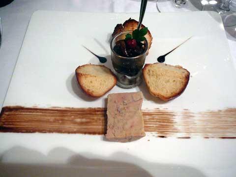Le foie gras de canard, chutney de fruits secs et brioche