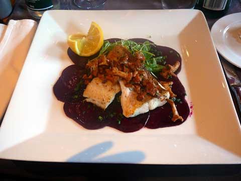 Restaurant Le Nomade à Lausanne : Filet de sandre aux chanterelles sur carpaccio de betteraves rouges, smoothie prune-poire-cannelle