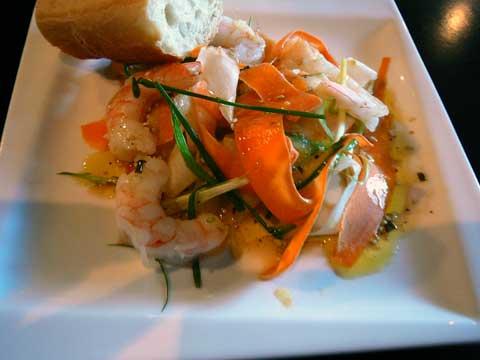 Salade de légumes croquants, crevettes, sauce au sésame