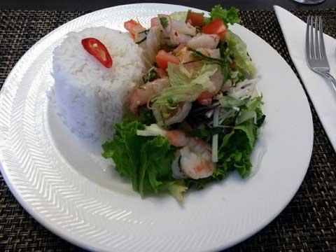 Crevettes marinées citronnelle et menthe, riz parfumé et salade
