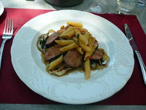 Gigotin d'agneau rôti aux herbes, aubergines blanches grillées, pâtes aux tomates