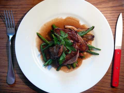 Onglet de veau grillé, jus au poivre Sichuan, haricots verts, pleurotes aux lardons