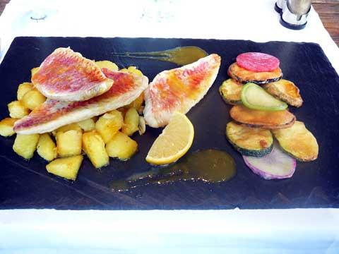 Filet de rouget à la plancha, sauté de pommes de terres, beignets de légumes