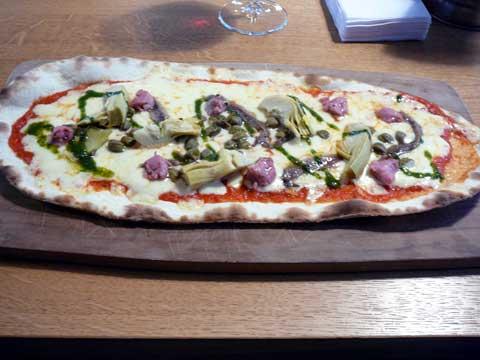 Pizza moyenne margherita, options : anchois, câpres, artichauts, saucisse de porc tessinoise