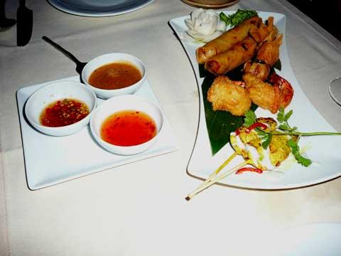 Plateau Siam : rouleaux de printemps aux petits légumes, brochette poulet satay, sac d'or, beignets de crevettes