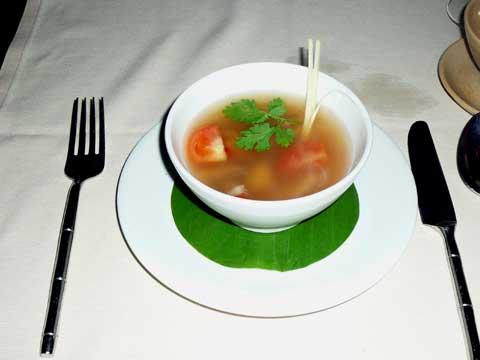 Soupe de poulet épicée bergamote, tomate, galanga