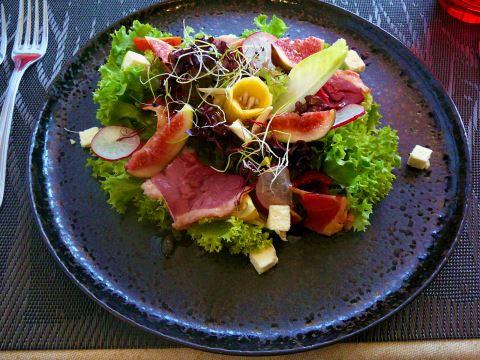 Saladine de sérac, figues fraîches, magret de canard fumé et sa vinaigrette à l'huile de noisettes