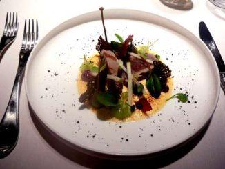Filet de veau mariné au cidre, mousse de parmesan brûlée, crème de pomme et poudre d'olive