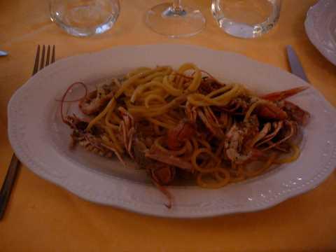 Spaghetti alla chitarra  avec scampi, citron et poivre noir.