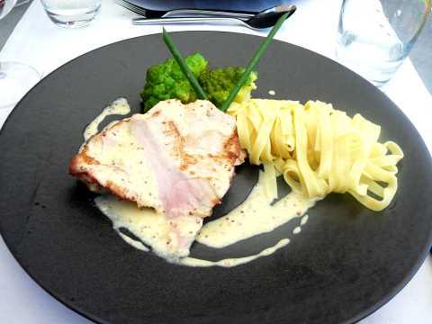Escalope de porc, sauce à la moutarde à gros grain, tagliatelle aux beurre, chou romanesco