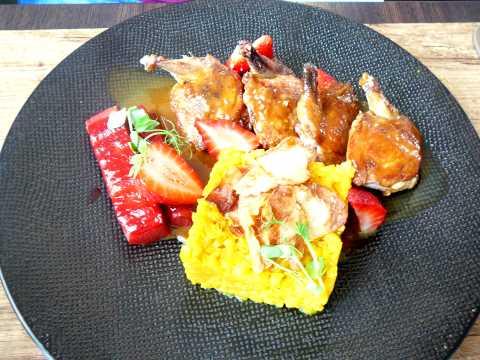 Filets de caille rôtis, rhubarbe, céleri, fraises, jus d'amaretto