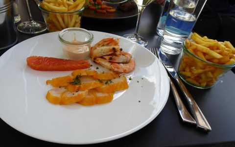Assiette de poissons crus et confits