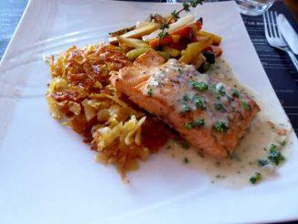 Pavé de saumon de Norvège, roestis, légumes rôtis, sauce aux herbes