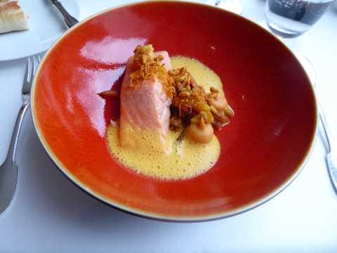 Saumon au beurre d'anis étoilé, patates douces, relish de kumquat