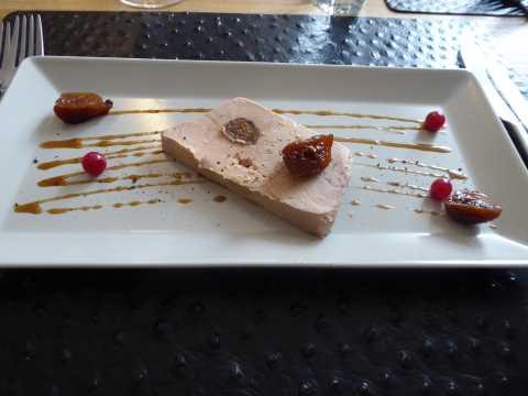 Terrine de foie gras de canard aux figues séchées, pain brioché maisonTerrine de foie gras de canard aux figues séchées, pain brioché maison