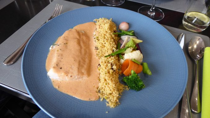 Filet de perche du Nil, sauce au tandoori, semoule aux fruits secs