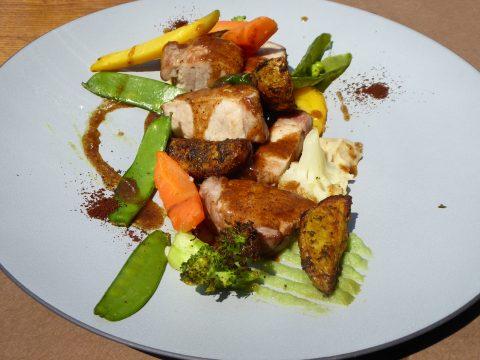 Filet mignon de porc suisse, sauce au café, onctuosité de haricot coco, pommes de terre à l'ancienne et légumes de saison