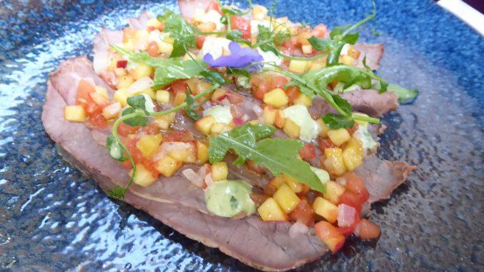 Carpaccio de bouilli de boeuf, vinaigrette tomate-pêche, mayonnaise au basilic thaï