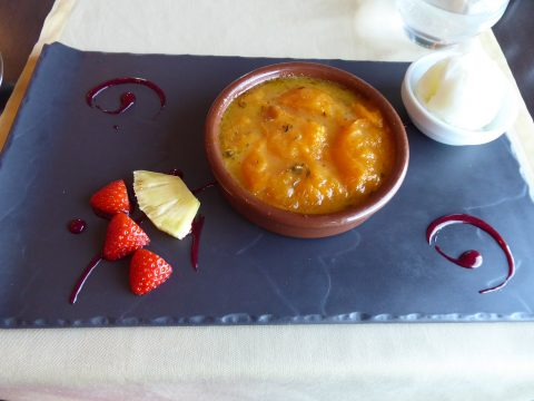 Abricot rôti au thym, boule de glace