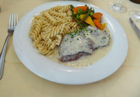 Steak de boeuf, sauce à la moutarde de Meaux, pâtes au beurre, légumes du jour