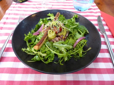 Tartare de thon à la niçoise, pistou de courgette, feuilles folles et diablotin aux olives Kalamata