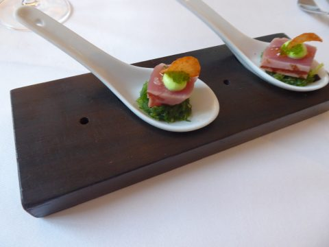 Thon mi-cuit, wasabi, algues (amuse-bouche)