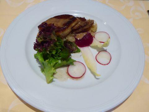 Escalope de foie gras de canard poêlée sur un lit de choucroute au vinaigre de framboise et jus de veau