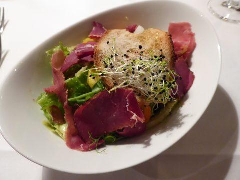 Salade et jambon cru de sanglier