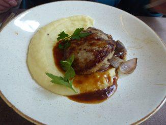 Steak de veau Pojarski, oignons confits, purée de pommes de terre