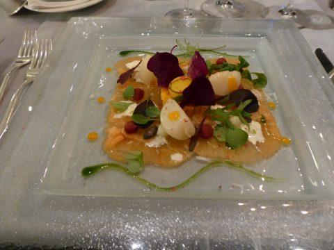Carpaccio de saumon écossais avec coquilles Saint-Jacques confites, tartelette de potiron à la noix de Macadamia