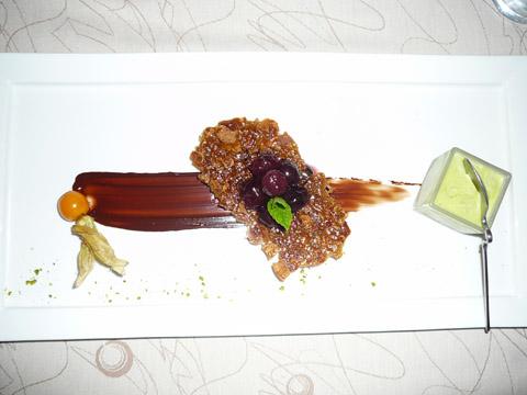 Cerises aux épices, biscuit Spéculos et glace pistache maison