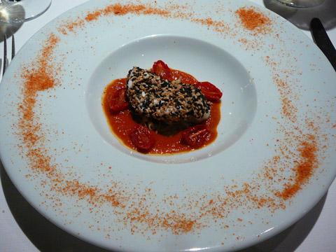 """Tranche de lotte rôtie au sésame, tomates """"Cœur de pigeon"""" confites, germe de soja et sauce tomate au cumbawa"""