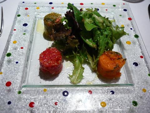 Le traditionnel tartare de tomates en trois variétés au basilic, salade d'été à l'huile d'olive