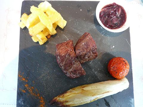 Pièce de boeuf sauce marchand de vin, frites, légumes