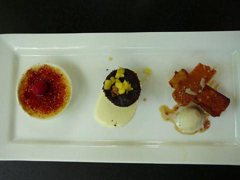 Trio de petites versions de trois desserts figurant à la carte