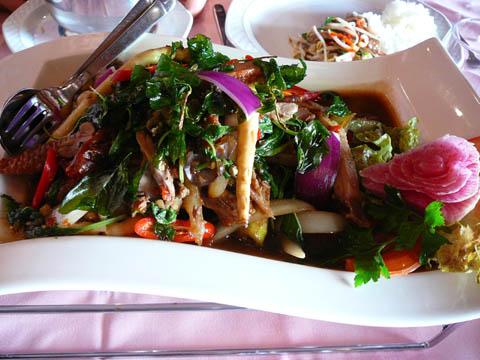 Canard aux piments et basilic thaï