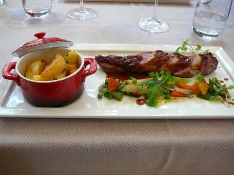 Magret de canard gorgé d'Armagnac, légumes printaniers à la marjolaine